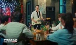 4N1K Ali'nin İlk Aşk Şarkısı (Sen Öyle Nasıl Gülüyorsun Açıyorsun Yaprak Yaprak Şarkısı) Atakan Hoşgören