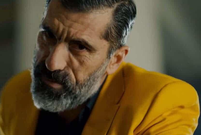 Halka Sarı takım elbiseli adam