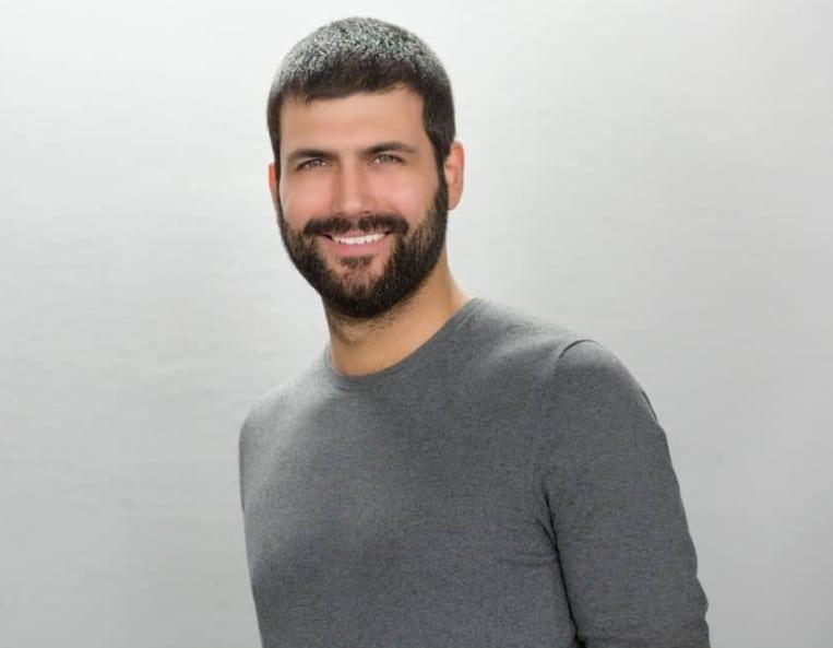 Derda Yasir Yenal Kuşlarla Yolculuk dizisi Oyuncusu olmuştur ancak sunuculuk da yapmaktadır